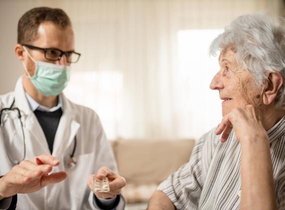 médecin homme avec homme âgé