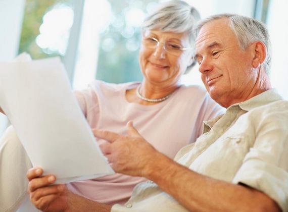 couple âgé lisant un document
