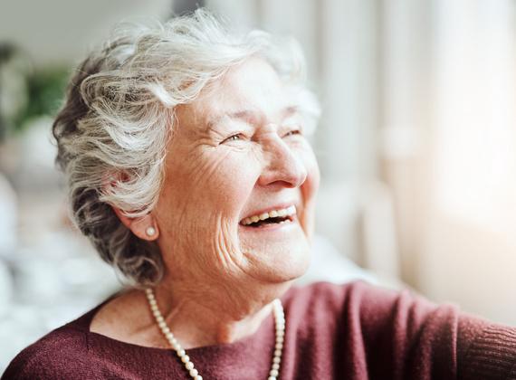 femme agée souriante avec collier