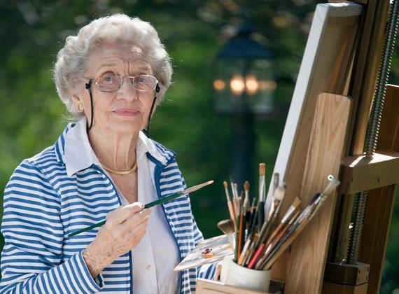 dame âgée qui peint un tableau